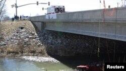 En esta imagen se puede apreciar los restos del asiento de seguridad de donde fue rescatada la niña de 18 meses al caer el auto donde viajaba, bajo un puente en Spanish Fork, Utah.