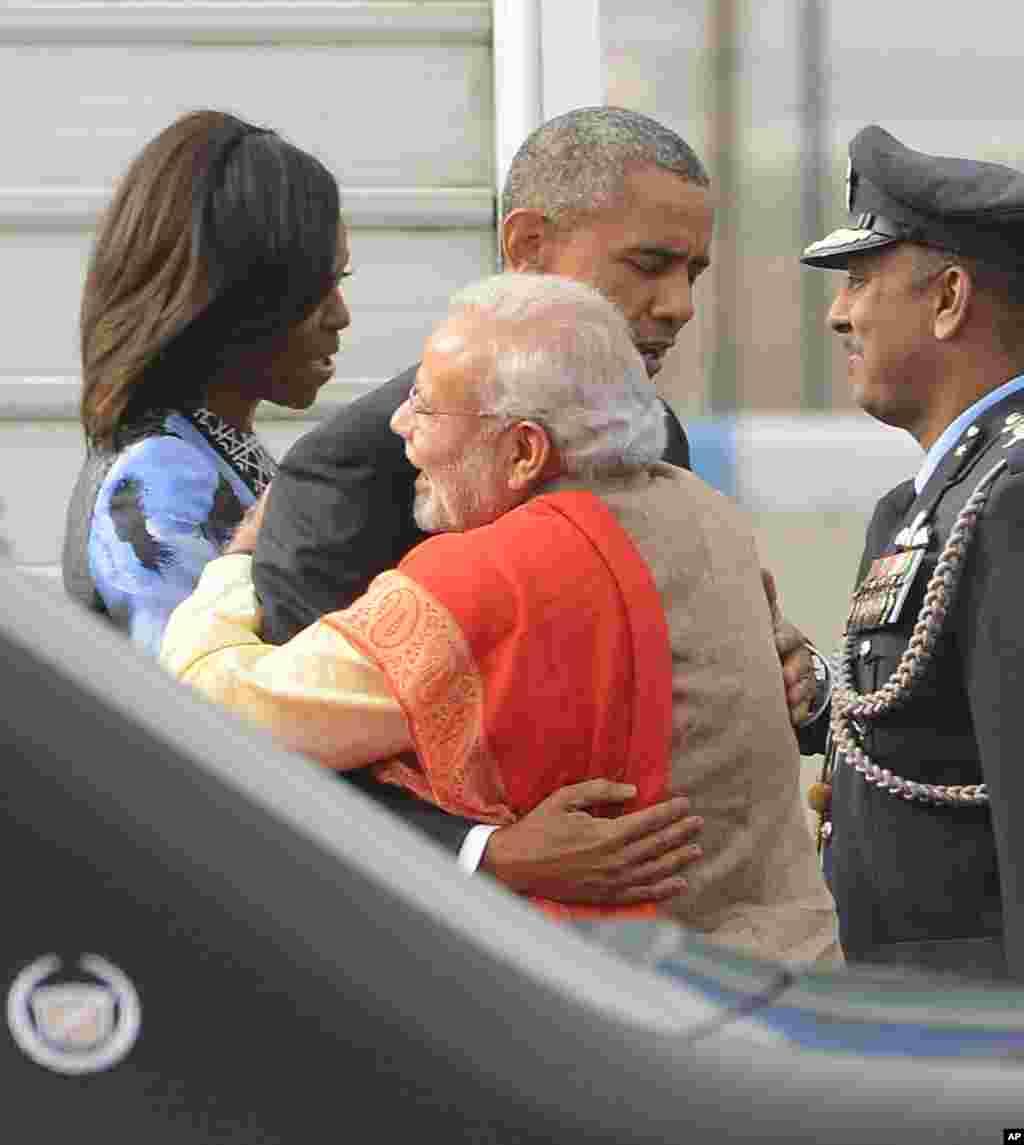 بھارتی وزیراعظم نریندر مودی نے روایت سے ہٹ کر خود ہوائی اڈے پر امریکی صدر کا استقبال کیا۔