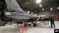 Tư liệu - Chiến đấu cơ F16 của Mỹ trong một nhà chứa máy bay tại South Burlington, bang Vermont, ngày 17 tháng 12 năm 2012.