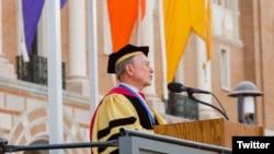 El ex alcalde de Nueva York, Mike Bloomberg, pronuncia el discurso principal a los graduados de la Universidad Rice, en Houston, Texas. Mayo 12 de 2018. Foto: @MikeBloomberg.