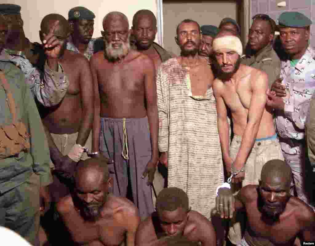 Des soldats maliens escortent des prisonniers soupçonnés d'être des islamistes dans un centre de détention militaire à Mopti.