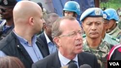 Martin Kobler, le chef de la Mission de stabilisation des Nations Unies au Congo (Monusco) entourés des casques bleus de l'ONU à Beni, RD, mai 2015. (Nicholas Long/VOA)