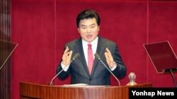 한국 집권당인 새누리당 원유철 원내대표가 15일 국회에서 열린 제340회 국회 제2차 본회의에서 교섭단체 대표연설을 하고 있다.