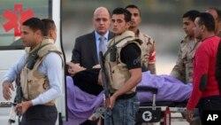 El depuesto presidente egipcio Hosni Mubarak es esoltado por personal médico y de seguridad hacia una ambulancia en el hospital militar Maadi en El Cairo, Egipto, el 2 de marzo, de 2017.