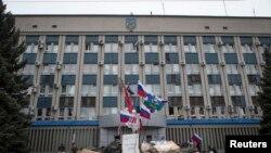 Un bâtiment barricadé par des séparatistes à Luhansk
