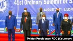 Président Félix Tshisekedi (na molongo wa yambo mpe na gauche) na bakonzi basusu ba bikolo bya SADC na likita lya mbala 21 na Lilongwe, Malawi, 17 août 2021 (Twitter/Présidence RDC)
