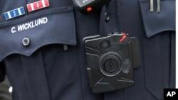 Миниатюрная видеокамера, закрепленная на обмундировании офицера американской полиции (архивное фото)