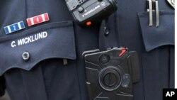 El sargento Chris Wicklund de the Burnsville, Minnesota, usa una cámara en su uniforme.