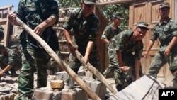 3일 중국 신장 자치구에서 규모 6.5의 지진이 발생한 가운데, 구조요원들이 무너진 건물에 갇힌 주민을 구출하고 있다.