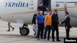 Президент Украины Владимир Зеленский приветствует вернувшихся на родину освобожденных украинцев. Киев. 7 сентября 2019 г.