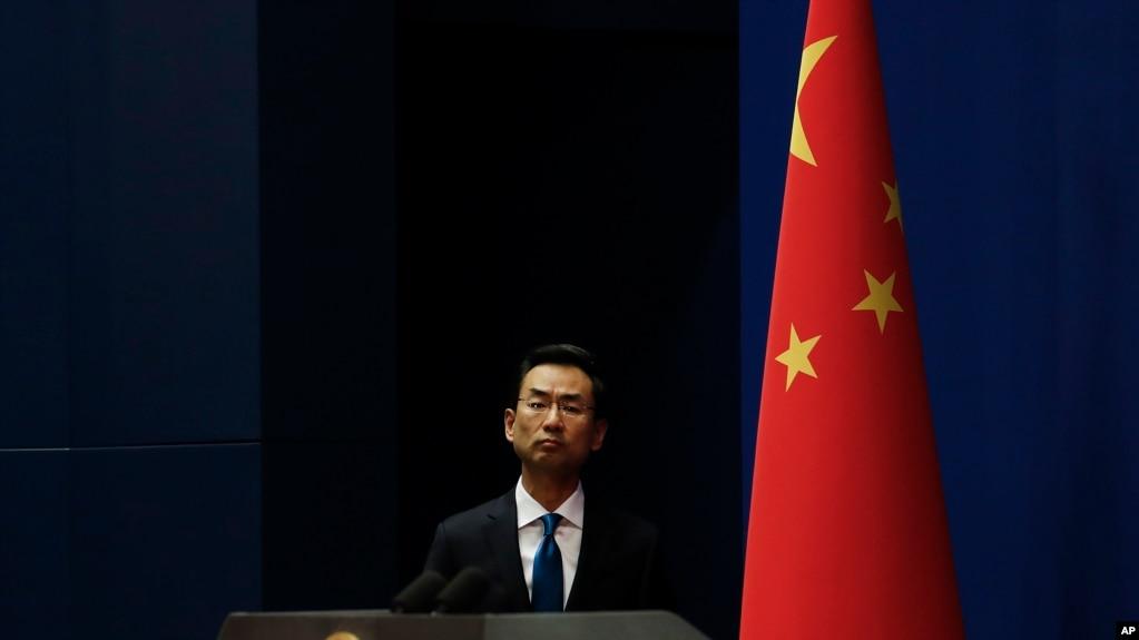 Phát ngôn viên Bộ Ngoại giao TQ Cảnh Sảng tới Bộ dự cuộc họp thường ngày ở Bắc Kinh, ảnh chụp ngày 28/11/2019. (AP Photo/Andy Wong)