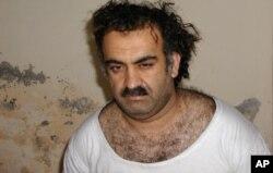 ນາຍ Khalid Sheikh Mohammed, ຫົວໜ້າ ຝ່າຍປະຕິບັດການໝາຍເລກ 3 ຂອງກຸ່ມ al-Qaida ຖືກຈັບໄດ້ທີ່ປາກິສຖານ ໃນວັນທີ 1 ມີນາ 2003. (AP Photo/File)