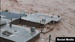 Dalam gambar yang dibagikan melalui sosial media dan diverifikasi oleh VOA Persia, banjir bandang merendam gedung-gedung di provinsi Lorestan yang terletak di Iran bagian barat, 1 April 2019.