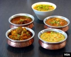 "Berbagai macam pilihan menu ""curry"" (kari) yang juga tersedia di restoran ""Kabob Palace""."