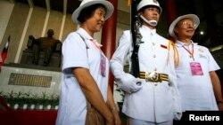 中国大陆旅客在纪念孙中山的台北国父纪念馆合影。(资料照)