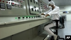 An Iranian technician works at the Uranium Conversion Facility just outside the city of Isfahan 255 miles (410 kilometers) south of the capital Tehran, Iran. (file)