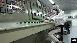 Một kỹ thuật viên Iran làm việc tại cở sở chuyển đổi hạt nhân bên ngoài thành phố Isfahan (410km phía nam thủ đô Tehran).