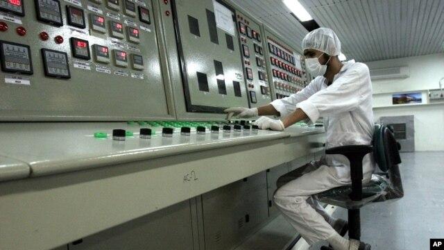Kỹ thuật viên Iran làm việc tại cơ sở tinh chế Uranium ngay bên ngoài thành phố Isfahan.