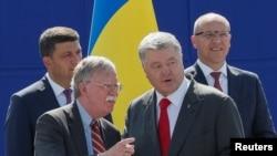 Президент Петр Порошенко и советник президента США Джон Болтон на празднованиии Дня Независимости Украины. Киев, 24 августа 2018 г.