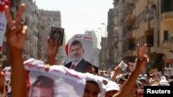 Người ủng hộ Tổng thống Ai Cập bị lật đổ Mohamed Morsi tuần hành từ đền thờ Hồi giáo Al-Fath tới Bộ Quốc phòng ở Cairo, ngày 30/7/2013.