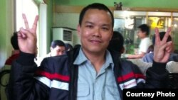 Blogger Lê Anh Hùng trong cuộc gặp với bạn hữu ngay sau khi rời khỏi Trung tâm Bảo trợ Xã hội số 2 ở Hà Nội.