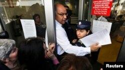 Dân chúng xếp hàng dài bên ngoài các ngân hàng để rút tiền.