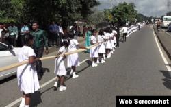 سکول کی 250 بچیوں نے عروسی لباس آخری حصہ تھام رکھا ہے۔