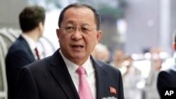 Menteri Luar Negeri Korea Utara, Ri Yong Ho berbicara kepada media di U.N. Plaza Hotel di New York, Senin (25/9).