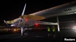 Solar Impulse sesaat setelah mendarat di Bandara Internasional John F. Kennedy di New York, Sabtu malam (6/7).