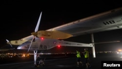 Chiếc Solar Impulse dáp xuống sân bay Kennedy của thành phố New York, ngày 6/7/2013.