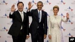El presidente Obama junto al mandatario panameño, Juan Carlos Varela y la primera dama, Lorena Castillo, en la ceremonia de inauguración de la cumbre.
