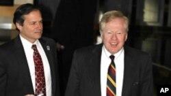 중국 베이징에서 대북 영양지원 회담에 앞서 기자회견을하는 미국의 로버트 킹 북한인권특사(우)와 미 국무부 산하 국제개발처의 존 브라우스(좌) 부국장