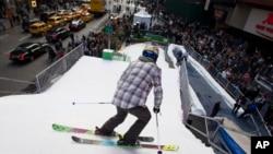 Грет Элиэссен спускается по искусственному лыжному спуску на Таймс-Сквер в Нью-Йорке. 29 октября 2013г,