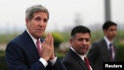 美國國務卿克里(左)抵達新德里訪問