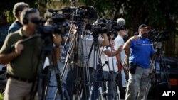 Các nhà báo làm việc bên ngoài 1 tòa án nơi ông Alan Gross đang bị xét xử ở Havana, 4/3/2011