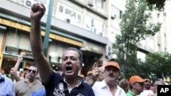 27일 그리스 수도 아테네의 재무부 건물 앞 시위대.