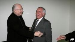 Rogelio Livieres, izquierda, defendió y protegió a un cura argentino acusado de conducta sexual inapropiada hacia los jóvenes.