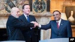 PM Inggris David Cameron (tengah) menjadi tuan rumah pembicaraan Presiden Afghanistan Hamid Karzai (kiri) dan Presiden Pakistan Asif Ali Zardari di London, Senin (4/2).