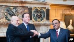 英国首相卡梅伦(中)2月4日主持由阿富汗总统卡尔扎伊(左)与巴基斯坦总统扎尔达里参加的三方会谈