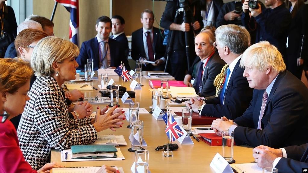 Bộ trưởng Ngoại giao Anh Boris Johnson tại cuộc hội đàm với người đồng cấp Úc, bà Julie Bishop, 27/7/17.