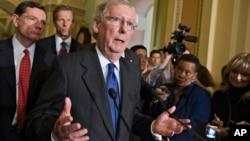 El líder de la minoría del Senado, Mitch McConnell, responde a preguntas de los reporteros luego de una sesión estratégica en el Capitolio.