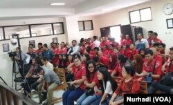 Karyawan perusahaan milik Gabriella Yuan Anna datang ke persidangan memberikan dukungan. (Foto:VOA/ Nurhadi)