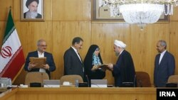 در آخرین جلسه هیات دولت یازدهم، روحانی از خانم احمدی پور تقدیر کرد که به معنی رفتن او از دولت بود.