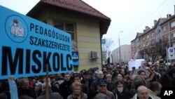 Des enseignants manifestant en Hongrie. (photo AP)