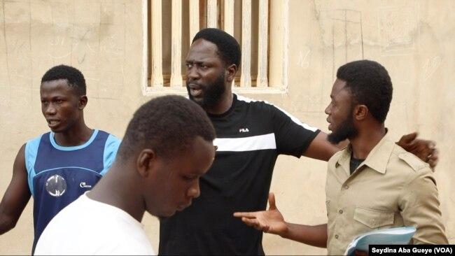 Le rappeur Kilifa (au centre en noir) lors d'une interview avec VOA Afrique, le 29 septembre 2021.