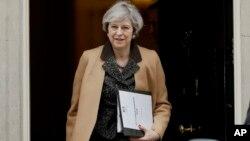 PM Inggris Theresa May saat keluar dari kantornya di 10 Downing Street, London (foto: ilustrasi). Pemerintah Inggris akan mulai memberlakukan pasal 50 'Perjanjian Uni Eropa' untuk keluar dari Uni Eropa tanggal 29 Maret mendatang.