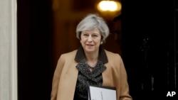 테레사 메이 영국 총리가 14일 하원에 출석하기 위해 런던 총리 관저에서 출발하고 있다.