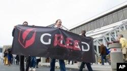 Para demonstran menentang tingginya harga obat yang diproduksi perusahaan farmasi Gilead dalam unjuk rasa di Atlanta, Georgia, AS (foto: dok).