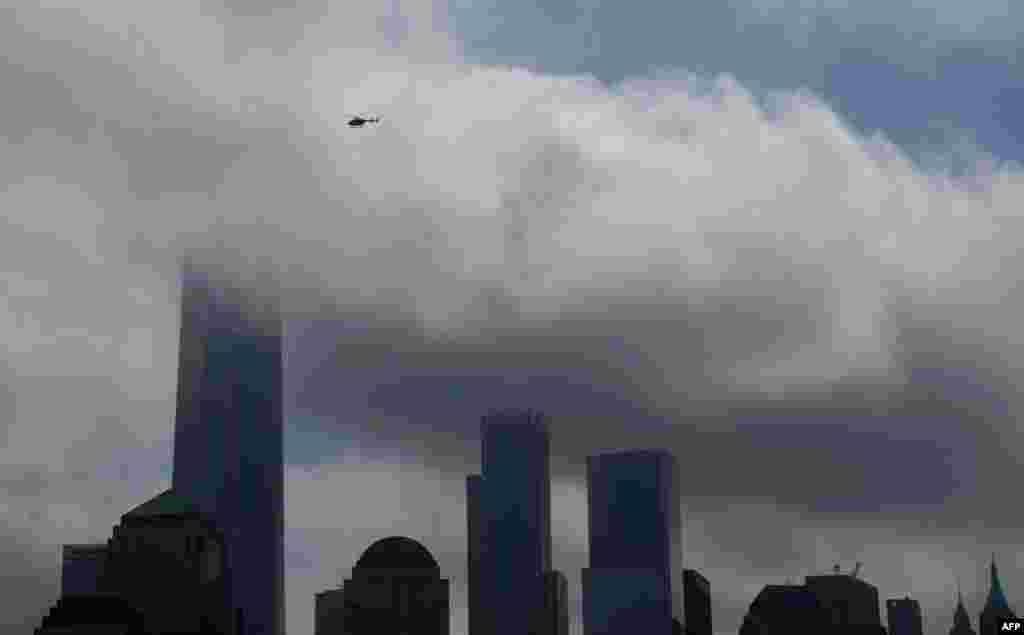 نمایی از مرکز تجارت جهانی نیویورک در زیر آسمان ابری
