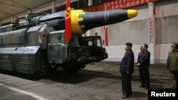 김정은 북한 국무위원장이 중장거리 탄도미사일 '화성12'의 시험발사를 참관한 모습을 지난 5월 관영 조선중앙통신이 공개했다.